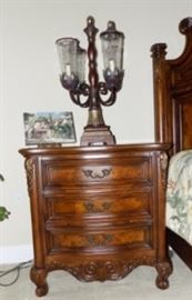2 Beautiful matching nightstands and lamps