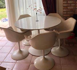 Eero Sarinens Style 6 piece Mid Century Modern dining room set......NICE with expected wear.  Possibly Burke .
