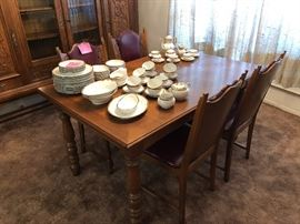 Antique oak dining room table with 4 chairs and 2 arm chairs, in pristine condition!