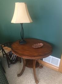 End table, lamps, magazine rack
