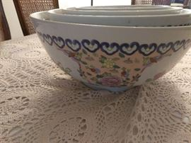 4 bowls Asian style design made in China    http://www.ctonlineauctions.com/detail.asp?id=696065