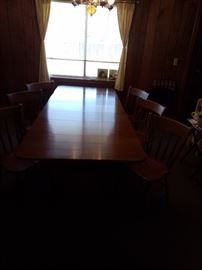 Mid century modern dining room table. It's in beautiful condition.  It has 4 leaves and 6 chairs. It also has drop leaves on both sides.