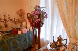 Chochacas, flower stand and gold plated items