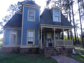 2 STORY 1800 SQ. FT. LIVABLE VICTORIAN HOUSE BUILT TO HOUSE & DISPLAY FABULOUS DOLL COLLECTION ( HOUSE IS LIFE SIZE )