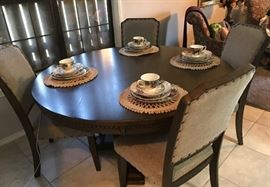 beautiful NEW Rooms to go dining room table and 4 chairs