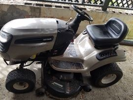 """Craftsman 20HP, 46"""" cut Riding Tractor, new  battery. Great condition"""