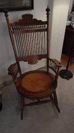 ANTIQUE ROCKING CHAIR IN GREAT CONDITION