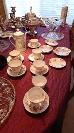 ASSORTED VINTAGE TEA CUPS W/SAUCERS