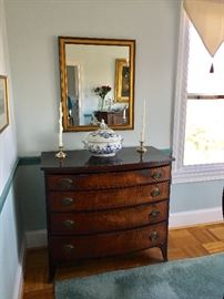Chest of 4 drawers, late 18th century, Hepplewhite style with bowfront chest, tiger maple, original brass back plates