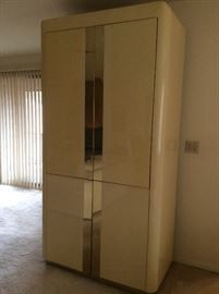 Wall unit/bar with retractable doors