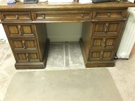 front view - Keyhole desk