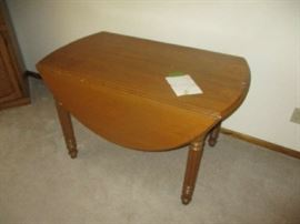 Antique drop leaf table with 4 leaves