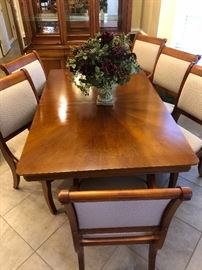 Bassett 9 piece Dining Room, Table with 3 leaves,  2 Captain's Chairs, 6 Dining Chairs