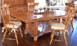 Kincaid extended Dinning table with 4 chairs  2 leafs