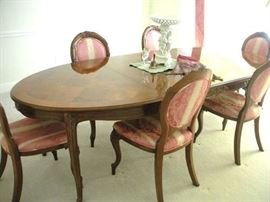 Large Oval Dining Room Table and 6 Chairs and 1 Leaf.