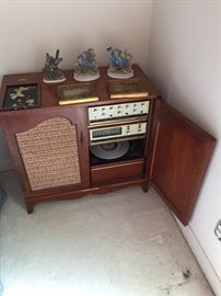 Antique stereo system (2 pieces) includes record player and radio