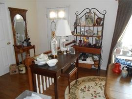 Newer library/table computer table, oval rug, bakers rack, matching lamps, hall tree