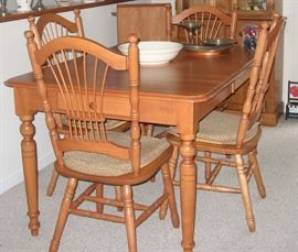 Beautiful kitchen set 4 chairs and extra leaf
