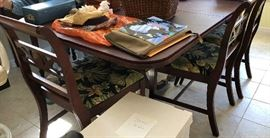 Beautiful Duncan Phyfe style table w/pad and 6 chairs