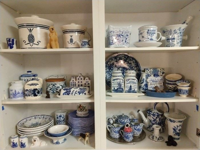 LOOK! I told you there was blue/white porcelain everywhere in this house - here's your proof.