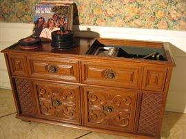 Vintage Magnavox Astro-Sonic stereo - with vintage vinyls records & collection of 45's …