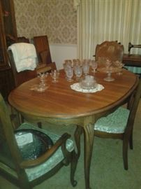 Vintage Broyhill Dining room set with six chairs and leaf