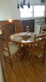 Round Oak table w/leaf and 6 chairs