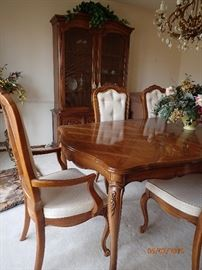 DINING TABLE WITH CHAIRS CARVED DETAILS