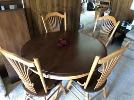 Very nice dining table with extra leaf and chairs