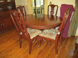 BEAUTIFUL DINING SET WITH 2 LEAFS & 4 CHAIRS