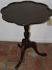 "Superior Table Co. Mahogany Piecrust Edge Scalloped Top Plantation Table on Splatted Cabriole Tripod Legs. (23""D x 26.5""H)"