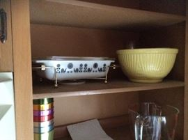 SOME OF A DOZEN PIECES OF VINTAGE PYREX, FIRE KING AND MORE.