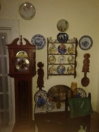 GRANDMOTHER CLOCK CUPS AND SAUCERS