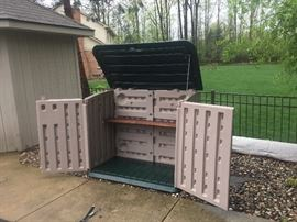 Rubbermaid Storage Shed with shelf