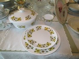 Noritake, Marguerite service for 8 with coffee pot, casserole and cups