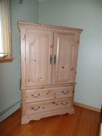 Queen 4 poster bed w/2 night stands, dresser w/mirror and armoire