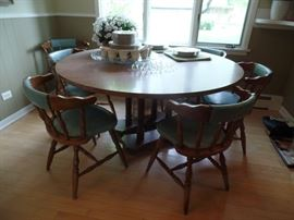 Large round table w/8 chairs