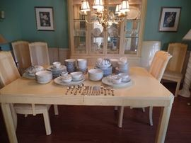 White oak dining room table w/2 leaves and pads