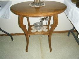 ANTIQUE GOLDEN OAK BEAUTIFULLY REFINISHED OVAL LAMP TABLE
