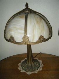 ANTIQUE AMBER SLAG GLASS LAMP IN WORKING CONDITION