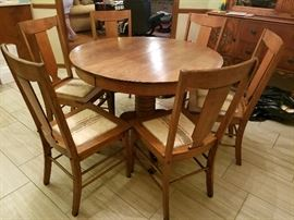 Oak Table and 6 Chairs. Has 2 leaves.