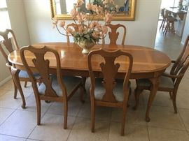 Thomasville Dining Room Table w/6 chairs & 2 table leaves