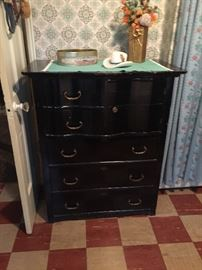 Vintage dresser/chest of drawers