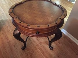 Round end table, excellent condition