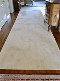 Ivory rug, approx. 19' X 7'