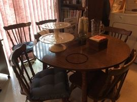 NICE MID CENTURY KITCHEN TABLE WITH A LEAF AND 6 CHAIRS