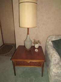 Lane End Table with Drawer, in excellent condition, MCM ceramic lamp