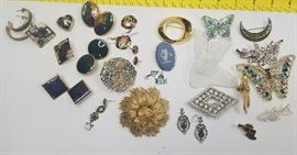 Costume Jewelry (Lot #3)   http://www.ctonlineauctions.com/detail.asp?id=718485