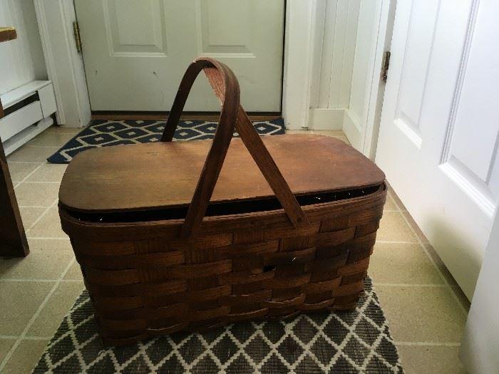 Vintage picnic basket in great shape!