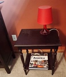 BLACK SIDE TABLE / RED ACCENT LAMP